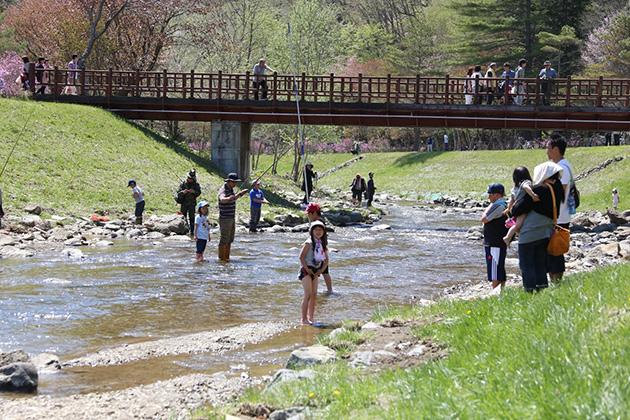 園内を流れる本別川(つつじ祭り開催時)