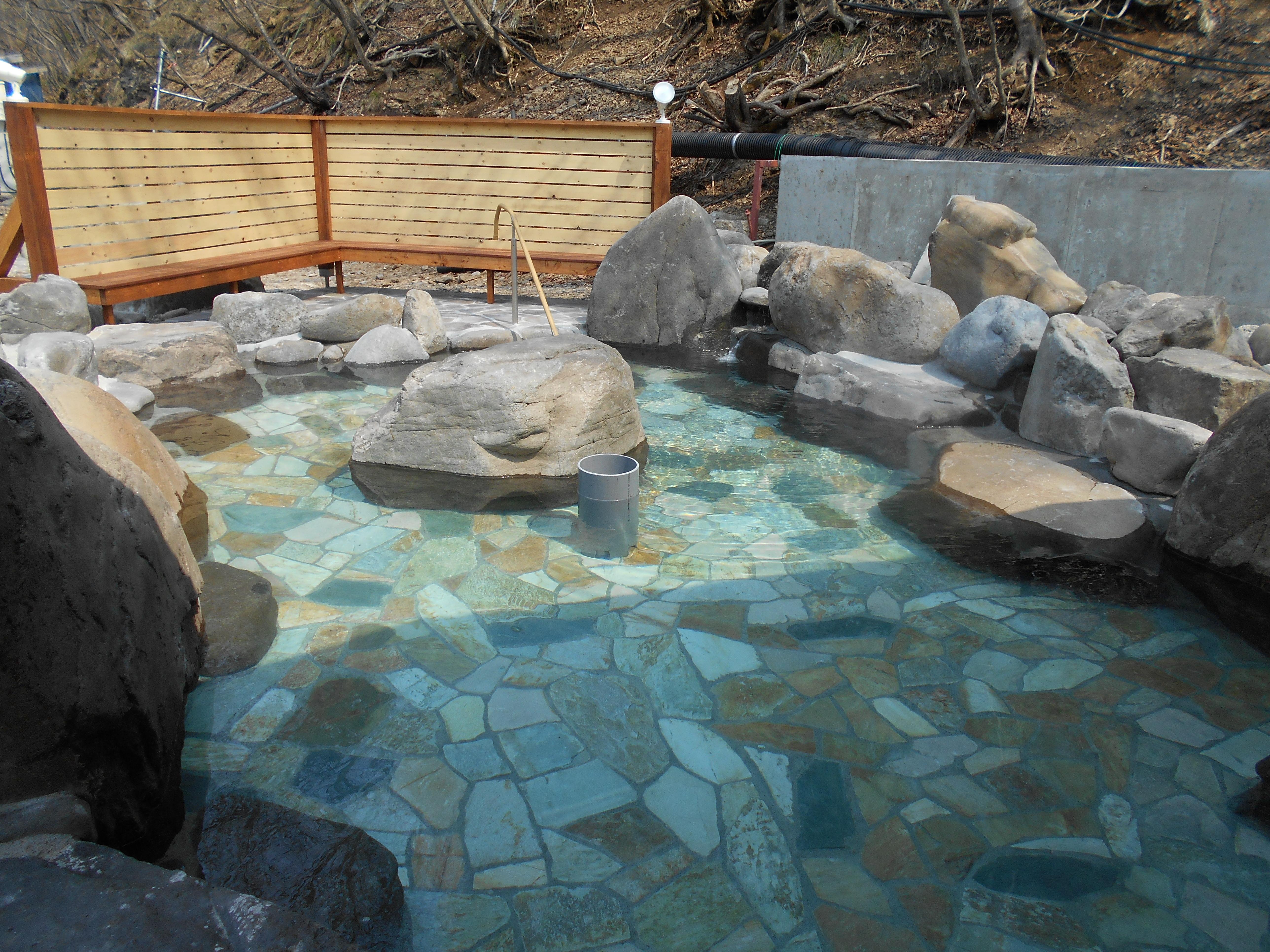 開放感いっぱいの広々とした露天風呂。