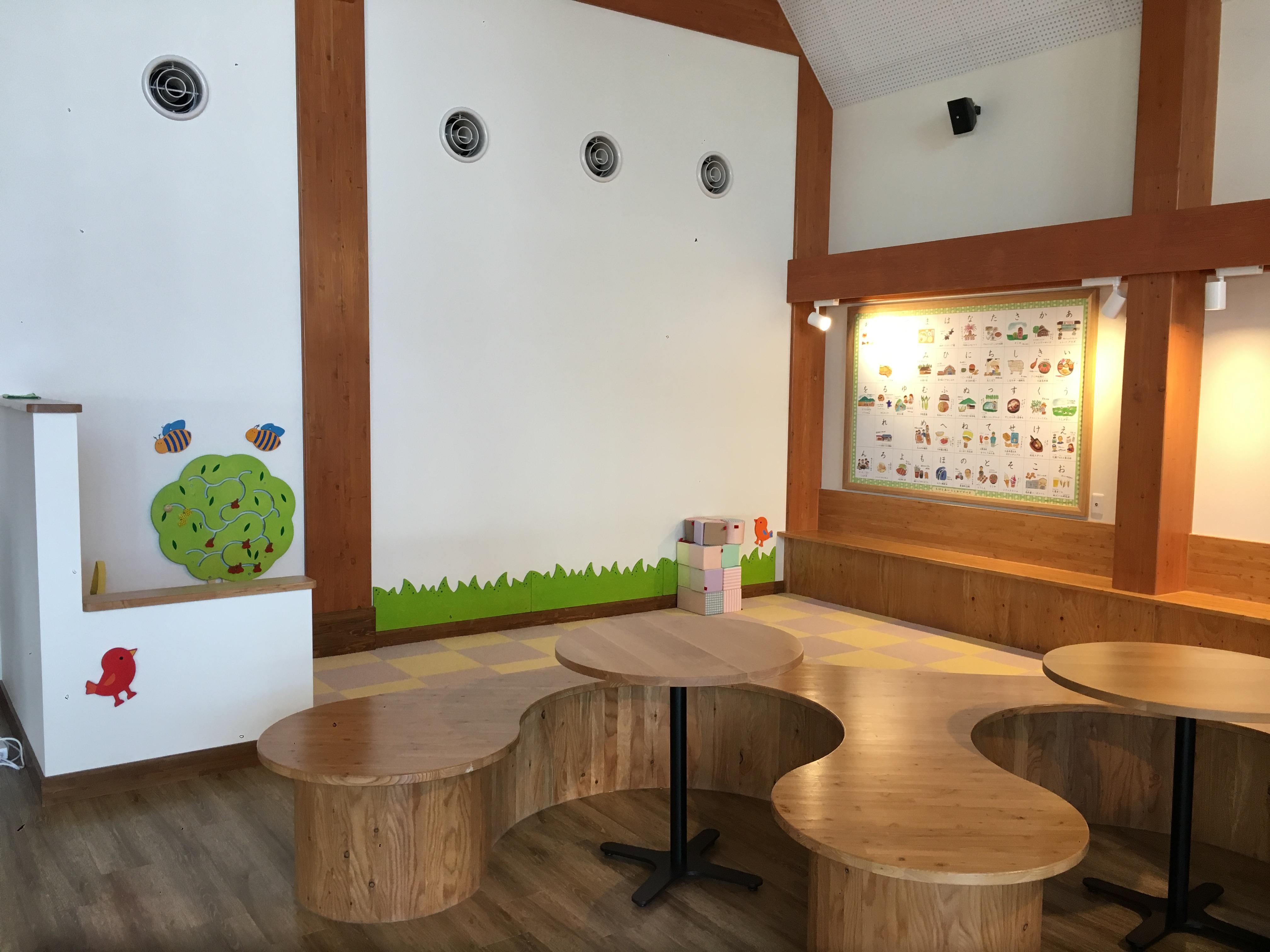 大人はくつろぎ、子供は遊べる、憩いのファミリースペースを設けました。壁には、しほろの「あいうえおでかけ表」があり、親しみやすいイラストでしほろ町のおでかけスポットを紹介しています。
