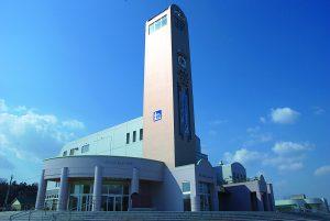 高さ34メートルの塔が目印。国道241号と242号が重複しており、北見網走・釧路根室から十勝圏・道央圏への交通の要衝となっている。