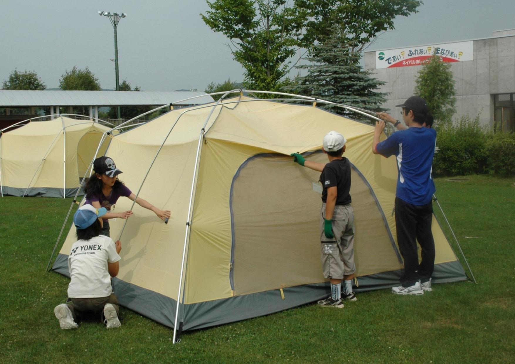 自分たちでキャンプサイトにテントを張って宿泊体験。