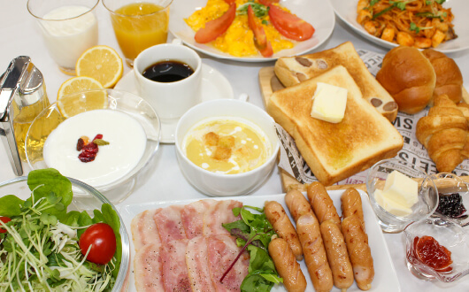 朝食は地元産の食材を使った旬な味わいの「オリジナル朝食バイキング」。